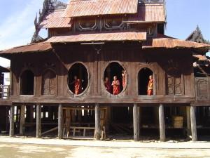 Birmanie - monastère sur la route en direction lac Inlé