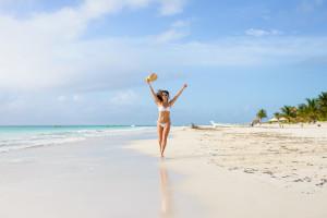 Une jeune femme appréciant vacances et liberté, Playa Paraiso, Riviera Maya, Mexique - © Dirima – Fotolia.com