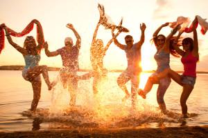 Un groupe de jeunes lors d'une beach party - © yanlev – Fotolia.com