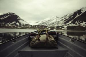 Sac à dos dans une barque en Islande