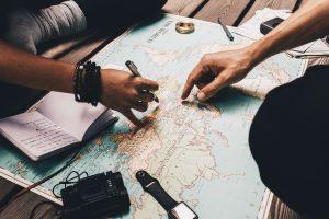 Couple planifiant un voyage sur une mappemonde
