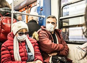 personnes masquées dans le métro